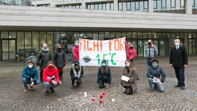 Übergabe der Fridays for future-Petition an Landesrat Johannes Rauch und Landtagspräsident Harald Sonderegger vor dem Landhaus in Bregenz. (Bild: Mathis Fotografie)