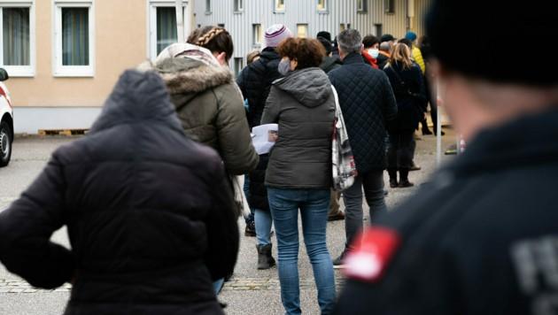 Testwillige beim Zugang zu einer Teststraße im Rahmen von Covid-19-Massentests in St. Florian bei Linz (Bild: FOTOKERSCHI.AT/KERSCHBAUMMAYR)