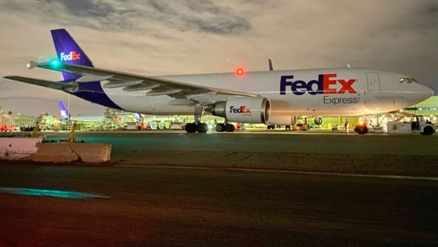 Ein Flugzeug von FedEx nach der Landung am Los Angeles International Airport. An Bord: Pfizer/Biontech-Impfstoff.