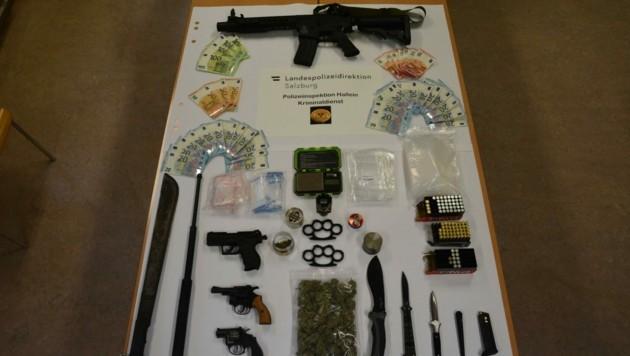 Waffen, Messer, Drogen und Bargeld: All dies stellte die Polizei bei den Hausdurchsuchungen sicher (Bild: LPD Salzburg)