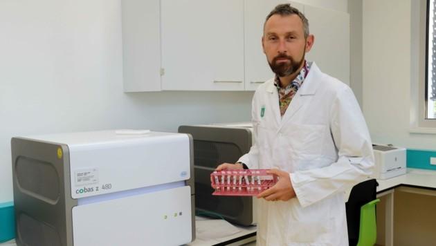 Klaus Vander leitet das Institut für Krankenhaushygiene und Mikrobiologie der Spitalsgesellschaft Kages. (Bild: Christian Jauschowetz)
