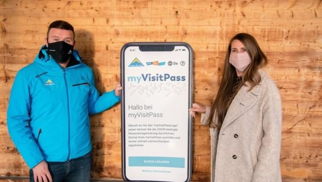 David Burtscher (TVB Serfaus-Fiss-Ladis) und Bettina Thöni (TVB Tiroler Oberland) sind stolz auf die Kooperation der beiden Tourismusverbände. (Bild: TVB Tiroler Oberland/Daniel Rundl)