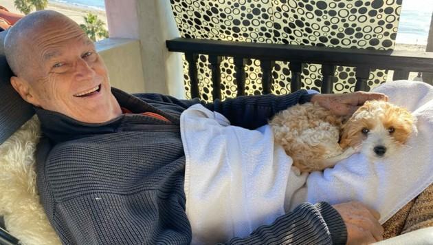 Jeff Bridges meldet sich knapp zwei Monate nach seiner Krebsdiagnose mit rasiertem Kopf bei seinen Fans zurück. (Bild: www.witter.com/TheJeffBridges)