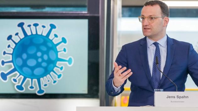 Der deutsche Gesundheitsminister Jens Spahn beim Besuch einer Corona-Impfstraße in Nürnberg im Dezember (Bild: AFP)