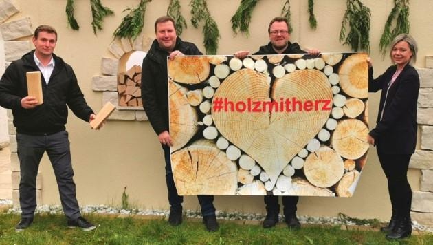 Mit Feuereifer für die gute Sache: Das Quartett versorgt in Wiener Neustadt Hilfsbedürftige (Bild: Horvath Helmut)