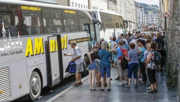 Ein Sommertag vor Corona: Dutzende Touristen tummelten sich täglich am Busterminal (Bild: Tschepp Markus)