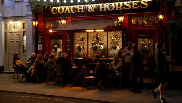 Geht es nach dem britischen Premier Boris Johnson, dann soll ab 19. Juli in Pubs nicht mehr ausschließlich am Tisch serviert werden. (Bild: AP)