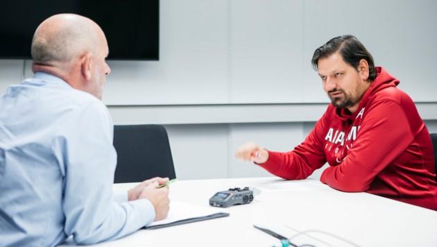 """Robert Schneider (li.) im Gespräch mit """"Krone Vorarlberg""""-Chefredakteur Emanuel Walser. (Bild: Mathis Fotografie/Lisa Mathis)"""