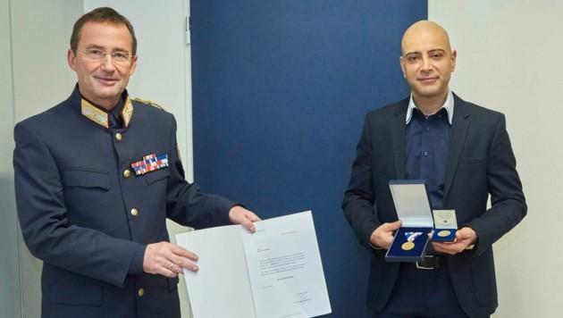 Wiens Landespolizeipräsident Gerhard Pürstl mit einem der Lebensretter von Wien (Bild: LPD Wien)