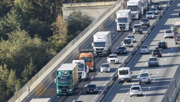 Zwei Millionen Lkw fahren jährlich durch Tirol. (Bild: Bildagentur Muehlanger)