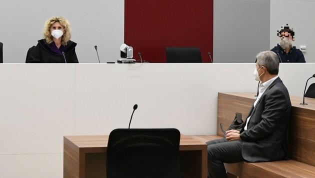 Richterin Karin Lückl führte den Vorsitz, rechts Kölly auf der Anklagebank (Bild: P. Huber)