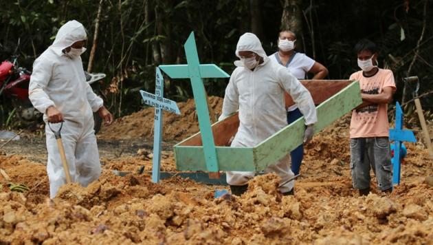 In Brasilien sind immer mehr Tote zu beklagen. (Bild: AP)