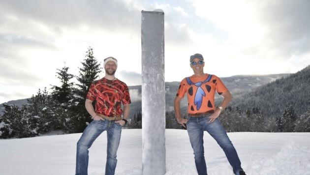 Walter Holitzky und Herbert Wieland stellten den Monolith in Salzburg auf. (Bild: Roland Holitzky)