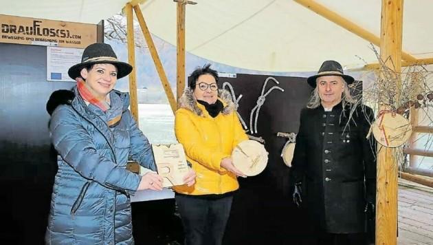 Die Lavamünder Tourismusobfrau Bettina Sulzer-Gallant, ihre Stellvertreterin Christina Töfferl und Kraftholz-Kapitän Robert Paulitsch freuen sich über den Tourismuspreis. (Bild: Evelyn Hronek)