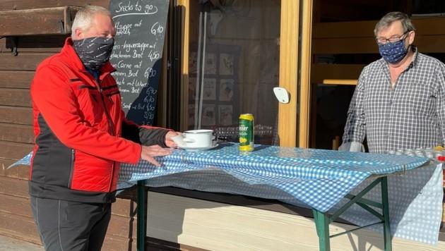 Essen und Trinken durch das offene Fenster auf der Rauthhütte. (Bild: Rauth)