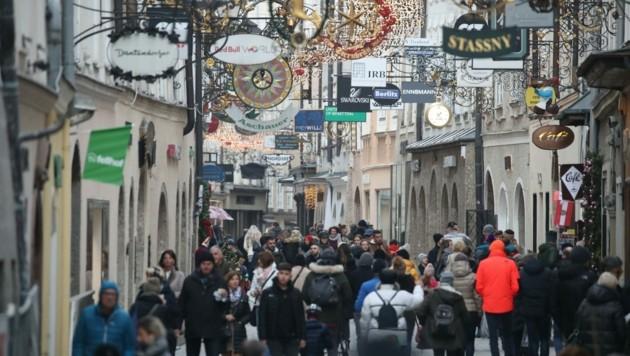 Szenen aus der Salzburger Getreidegasse. Am Freitag und Samstag wird ein Ansturm auf die Einkaufsstraßen erwartet. (Bild: Tröster Andreas)