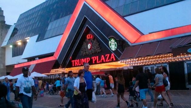 Zuletzt sind Gebäudeteile durch starke Winde vom Gebäude gebrochen - nun wird das Trump Plaza gesprengt. (Bild: AP/Wayne Parry)