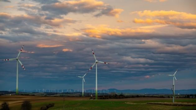 Den ökologischen Nutzen von Windrädern wie diesen stellt in Hollabrunn niemand infrage – die Vorgehensweise der Gemeindespitze lässt für SP, FP und die Bürgerliste allerdings einiges zu wünschen übrig.