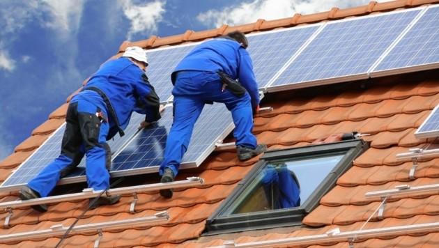 Ein Steirer soll für die Photovoltaik-Anlagen zwar kassiert, sie aber nie installiert haben (Symbolbild) (Bild: stock.adobe.com/Marina Lohrbach)
