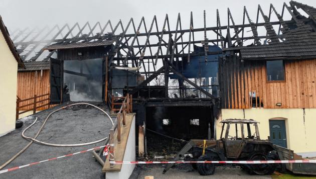 Mehrere Traktoren gingen in Flammen auf.
