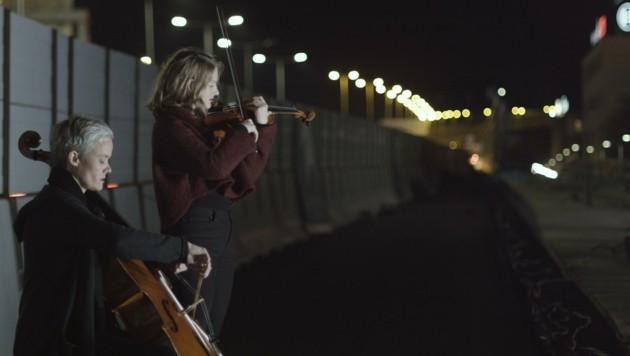"""Künstlerinnen Maiken Beer (Cello) und Sophia Goidinger-Koch (Geige) im Musikvideo """"Zen"""". (Bild: M. Hollaus)"""
