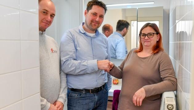 Andrea mit den Altmüller-Mitarbeitern Laszlo Jaromi und Manuel Hattenberger bei der Übergabe. (Bild: Dostal Harald)