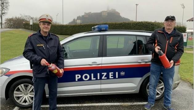 Reinhard Lehner (re.) bedanke sich bei Inspektor Franz Haasz. (Bild: Christian Schulter)