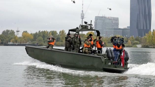 Zu Wasser, zu Land oder in der Luft: Jagdkommando-Soldaten sind überall einsatzbereit - im Bild bei einer Übung auf der Donau bei Wien.