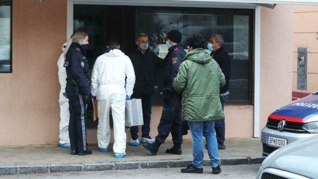 Tatortarbeit im Juweliergeschäft in Wiener Neustadt: Die Täter sind weg, Spuren werden gesichert.
