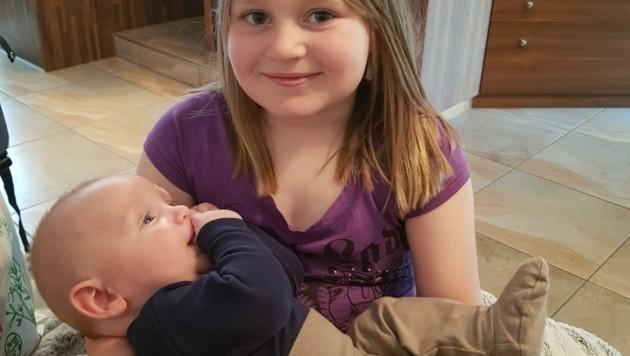 Schwester Mia (7) bekommt Brüderchen Liam derzeit leider nur alle paar Wochen zu Gesicht. (Bild: zVg)
