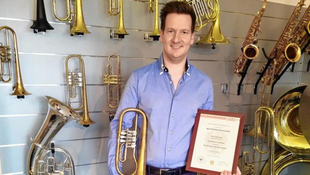 Christian Kainz (29) umgeben von Blasinstrumenten. (Bild: Gerald Kainz)