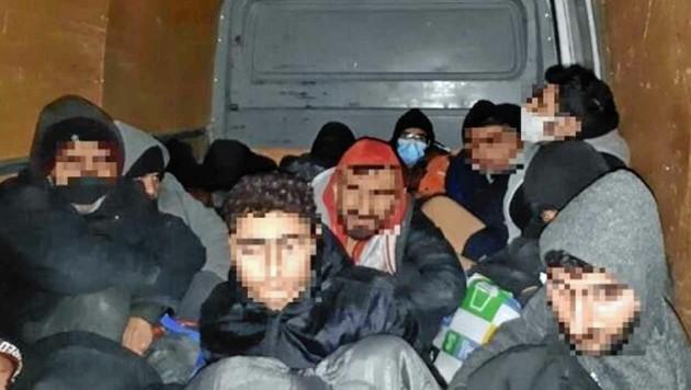 Die im Laderaum zusammengepferchten Flüchtlinge (Bild: Polícia SR)