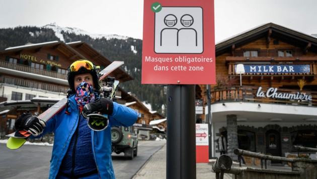 Noch bevor die Mutation bei einer infizierten Person nachgewiesen wurde, tauchte sie im Abwasser eines Wintersportgebiets auf. (Bild: AFP/Fabrice Coffrini)