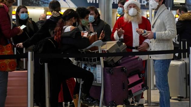 Reisende warten am Flughafen London-Heathrow auf ihre Abreise.