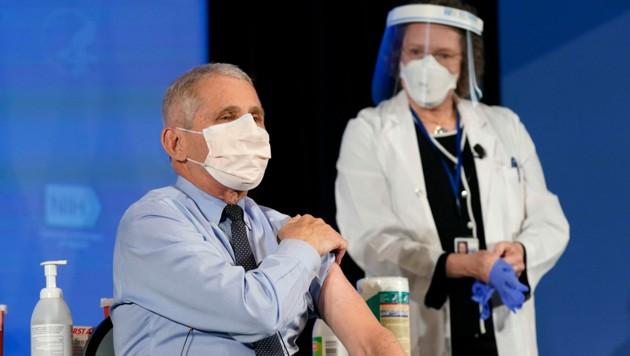 Der US-Immunologe Anthony Fauci ließ sich am Dienstag öffentlichkeitswirksam gegen das Coronavirus impfen.