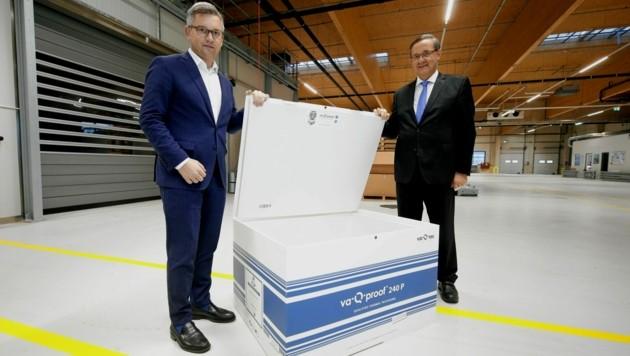 Staatssekretär Brunner (links im Bild) und der Wiener Flughafendirektor Ofner bei einer Vakzine-Eisbox (Bild: Reinhard Holl)
