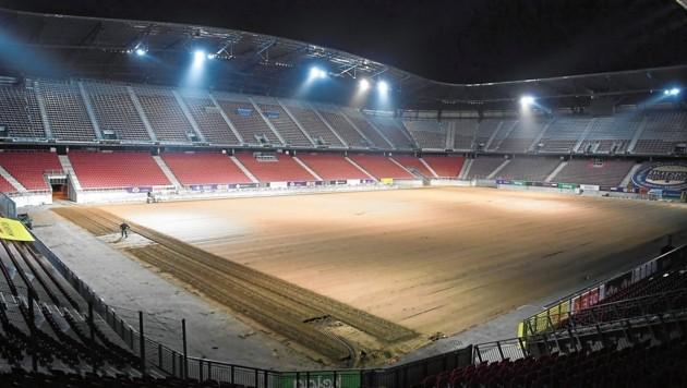 Es wird geackert und gewalzt! Im Wörthersee Stadion wird der neue Rasen bereits verlegt. (Bild: f. pessentheiner)