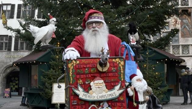 So kennt man Karl Randolf: Als Weihnachtsmann sorgt er mit seiner Drehorgel für leuchtende Kinderaugen in Innsbruck. (Bild: Andreas Fischer)