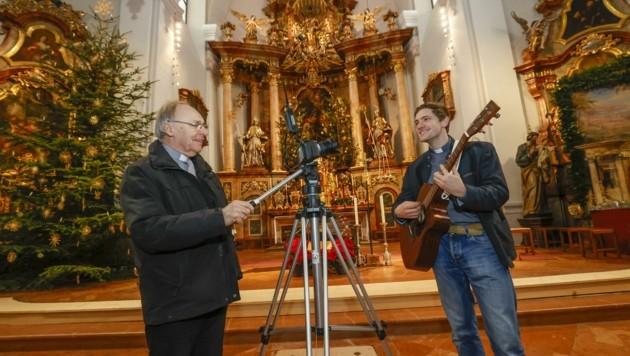 Dechant Josef Zauner und Diakon Rupert Santner proben (Bild: Tschepp Markus)