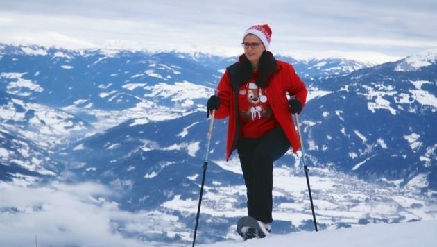 """Landesrätin Sara Schaar beim Schneeschuhwandern hoch über Oberkärnten: """"Der Ausblick vom Goldeck ist einfach traumhaft schön."""""""