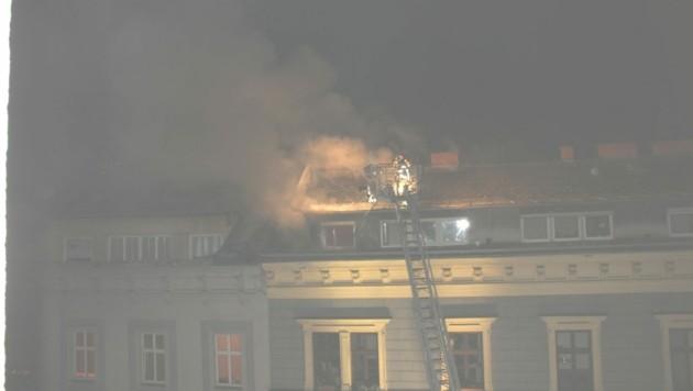 In der Mansardenwohnung war Feuer ausgebrochen. (Bild: BF Linz)
