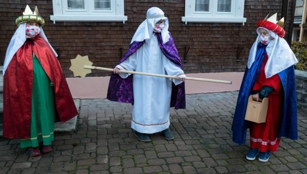 """Abstand halten! Die Heiligen Drei Könige gehen in manchen Gemeinden auch von Haus zu Haus - es herrscht aber """"Singverbot"""". (Bild: Daniel Ongaretto- Furxer)"""