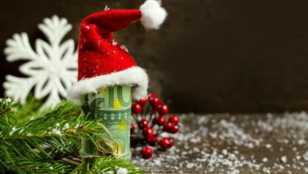 Heuer lagen zu Weihnachten deutlich mehr Geldgeschenke unter Baum als in den Jahren davor. (Bild: stock.adobe.com)