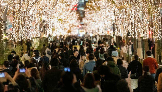 In der japanischen Hauptstadt Tokio waren die Straßen auch am Heiligen Abend sehr belebt.