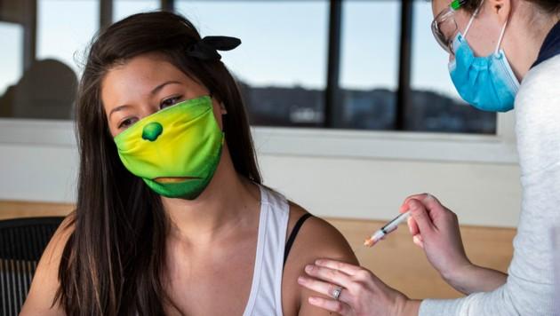Eine US-Amerikanerin bekommt gerade den Moderna-Impfstoff verabreicht. (Bild: AFP )