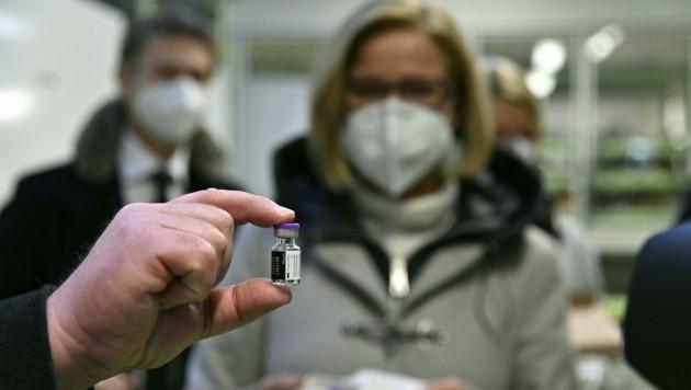 NÖ-Landeshauptfrau Johanna Mikl-Leitner (ÖVP) schaut auf eine Flasche Corona-Impfstoff, die der Wiener Bürgermeister Michael Ludwig (SPÖ) hält. (Bild: APA/HANS PUNZ)