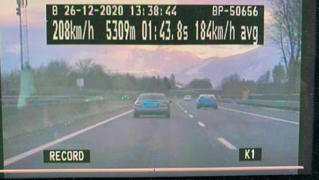 Ein Raser, der mit bis zu 208 km/h auf der Autobahn unterwegs war, hielt die Polizei auf Trab. (Bild: LPD Salzburg)