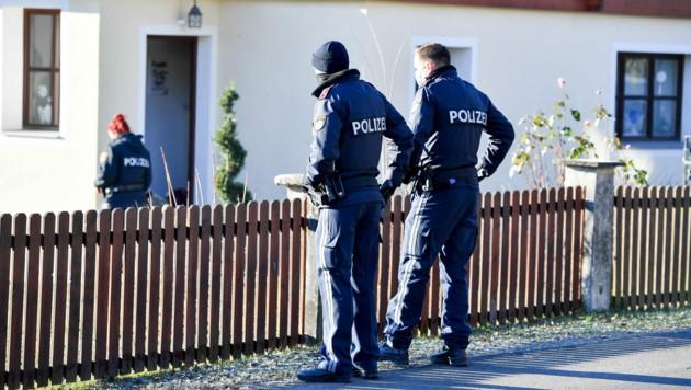 Polizisten sichern den Tatort. (Bild: Harald Dostal)