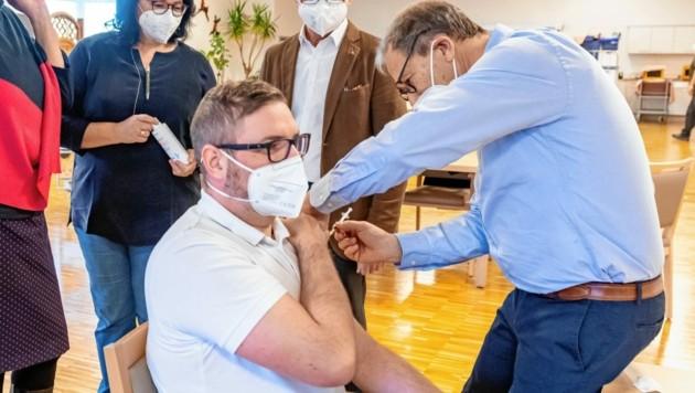 Als erster Salzburger wurde der Arzt Leonhard Hofer geimpft. Die Spritze verabreichte ihm Randolf Messer.