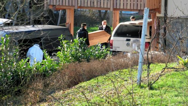 Die Leiche der 25-Jährigen wird zur Obduktion abtransportiert. (Bild: Markus Schütz)